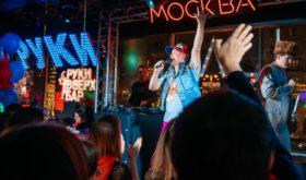 Сергей Жуков открыл бар, в котором можно переместиться в девяностые