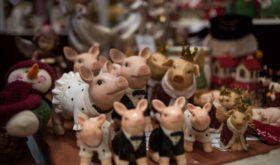 Музыкально-пряничные шкатулки и керамические елочные игрушки: гид по лучшим покупкам на фестивале «Путешествие в Рождество»