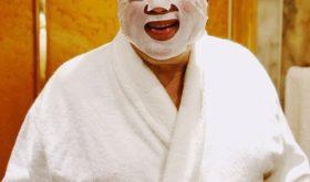 Молодится? 73-летний Евгений Петросян делает маски для лица